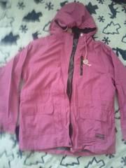 ピンクのフード付きジャンパー