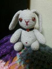 手編みのあみぐるみ、たれ耳ウサギストラップ、ベージュ