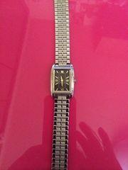 黒地文字盤ゴールド腕時計ソーラー