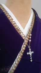 花簪十字架のチャームがついた重ね衿金色/揺れる想い…