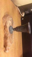 秋芳洞の鍾乳石の台に、お気に入りの銅器杯型花いれ。