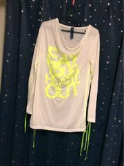 モバオクで買える「白に蛍光黄色ネオンロゴプリントリボン長さ調節カッコイイロンT」の画像です。価格は20円になります。