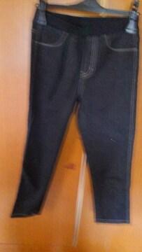 �B黒のパンツ