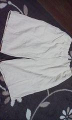 薄いベージュの半パンツ
