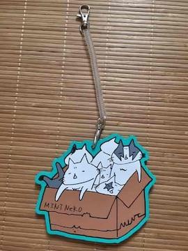 mintneko・ラバー素材箱詰めネコイラストパスケース。ブルー