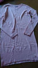 薄ピンクのニット服