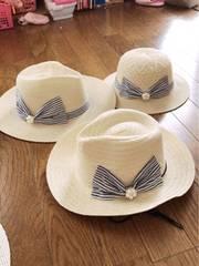 白っぽいベージュにパールボーダーリボンゴム付き編み編み帽子