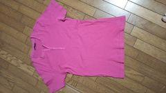 ピンク色の半袖です。